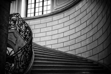 学習螺旋階段を一周する